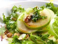 Ensalada de Manzana Verde y Lechuga | Una rica ensalada con lechuga, manzana verde, queso y nuez. El aderezo está hecho a base de aceite de oliva, limón, sal y pimienta.