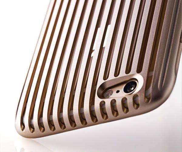 日本の技術者たちの知恵と技術が集結し、難題をくぐり抜けた先に実現した、格子状に施された圧倒的な存在感を放つ意匠の最高級スマホケース『The Slit』。金属製ケースでありながら、カチッとはめるだけというシンプルな脱着方法を実現。丸みを帯びたシルエットと、スリットの圧倒的な美しさ。その特別な存在感。