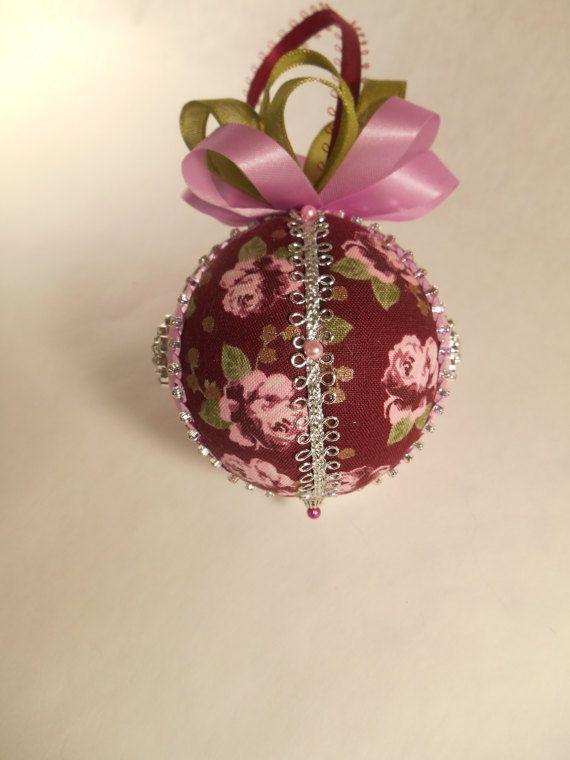 Questo ornamento è abbellito con bottoni con gambo scintillante. Tessuto rosa e fiorito. Paillettes rosa pallido, nastro verde e lavanda. Fondo è rifinito con un cappuccio tallone dargento. Sfera è circa 3 pollici di altezza. Ornamento è fatto utilizzando lo stile di giapponese chiamato Kimekomi che generalmente significa tuck. Un disegno è disegnato su una pallina di polistirolo, che viene tagliata con un coltello artigianale, quindi tessuto nascosto nei tagli e decorata con nastri…