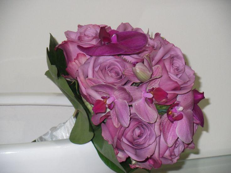Bouquet rosas Cool Warter y orquídeas, romántico y estiloso.De Rosazul Floristas.