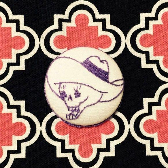 カウボーイハットをかぶったガイコツをくりみボタンに1つ1つ刺繍をしました。こちらの商品は白地にパープルの刺繍カラーになります。(※単品の商品となります。)ゴム...|ハンドメイド、手作り、手仕事品の通販・販売・購入ならCreema。