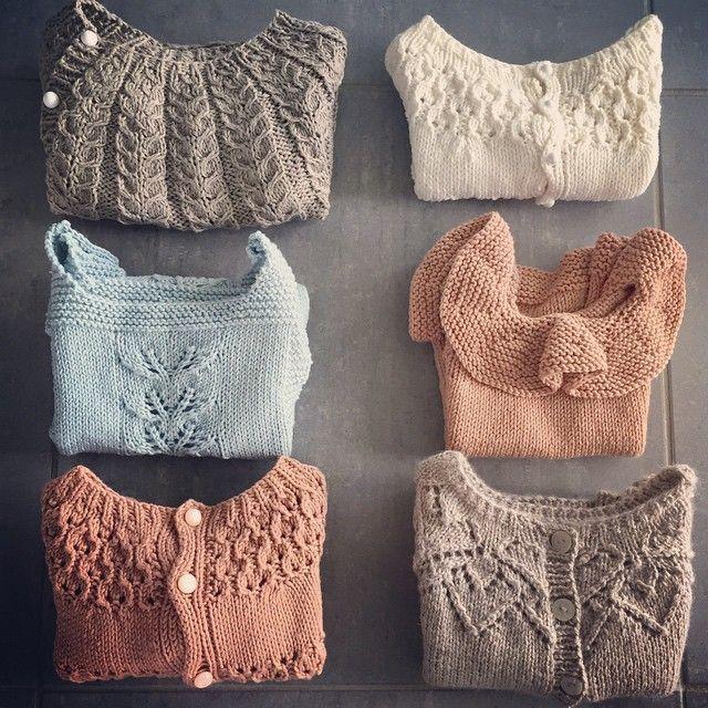 6 favoritter på rekke og rad #snoningstrøje #cardiganmedhulmønster #kragetopp #paelas #hjertetrøje #leneholmesamsøe #ogknitweardesigns #knittersofinstagram #babyknits #knitting_inspiration