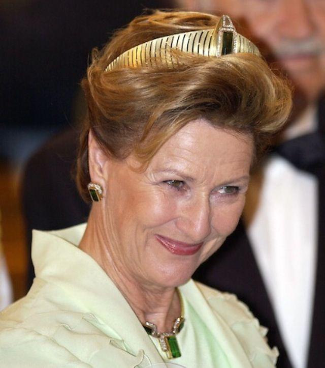 Dronning Sonja på statsbesøk i Hellas i 2004. Til et halskjede og øresmykker i gull, turmaliner og diamanter, som hun fikk av sin Harald til 50-årsdagen i 1987, bærer hun sitt moderne diadem i gull og ørsmå briljanter med et stort midtstykke bestående av en stor turmalin omkranset av diamanter . (Julian Parker/UK press)