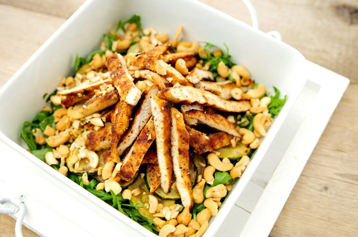 We maakten al eens een maaltijdsalade met gegrilde kip, en die vonden we zo lekker, dat we daar een variant op wilde bedenken. Deze maaltijdsalade van gegrilde kip met courgette en cashewnoten is daar het resultaat van.