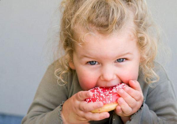 Niente zucchero ai bambini: stop a dolci e bibite gassate sotto i due anni