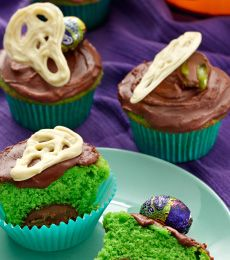 Chocolate SCREME Egg Cup Cakes - Surprise everyone with these Chocolate Screme Egg Cup Cakes, a spooky secret lies within!