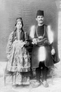 Ζευγάρι νέων από την Κρανιά Γρεβενών, αρχές 20ου αιώνα. Συλλογή Αστέριου Κουκούδη