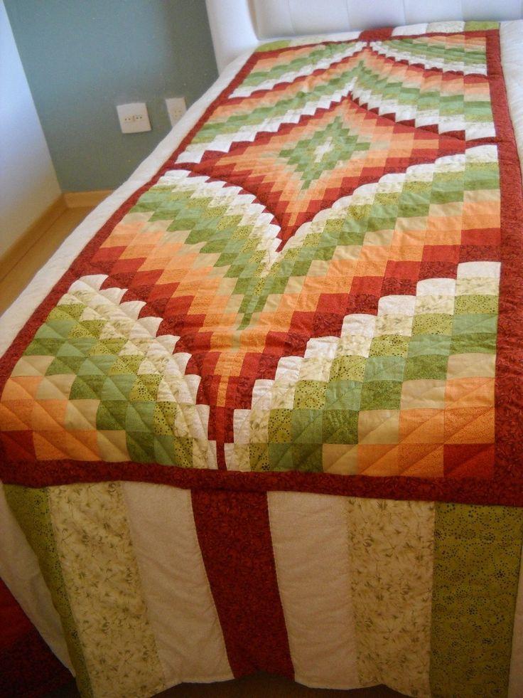 Colcha de solteiro cama box. <br>Patchwork técnica Bargello, são 750 retângulos aprox, 10 tons diferentes..100% algodão. <br> Manta acrílica. <br> Forro 180 fios.