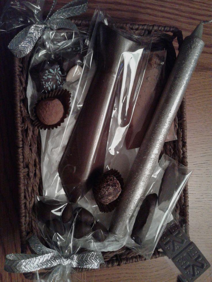 Cesta con trufas gourmet y una corbata de chocolate entre otros