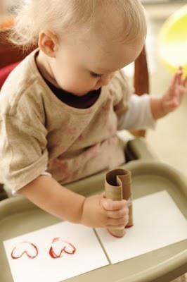 Carimbo de coração feito com rolo de papel higiênico, dica da Joanninha para um cartão de feliz dia das mães!
