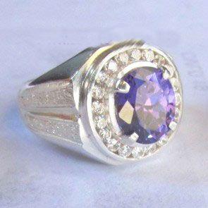 Kami adalah sebuah tempat pembuatan Cincin kawin dan segalah jenis perhiasan dari bahan Emas, Platina, Palladium, Perak http://cincinkawin.org/