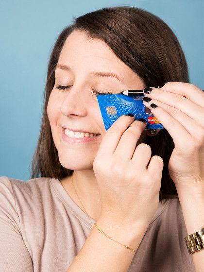 Wir haben Tricks ausgegraben, mit denen wirklich jede Frau ein tolles Augen-Make-up hinbekommt – und zwar mit ganz einfachen Tricks! Hier zum Beispiel: Kreditkarte für den perfekten Lidstrich!