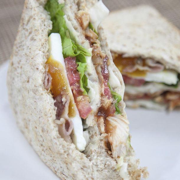 Club sandwich complet à l'œuf mollet et restes de poulet