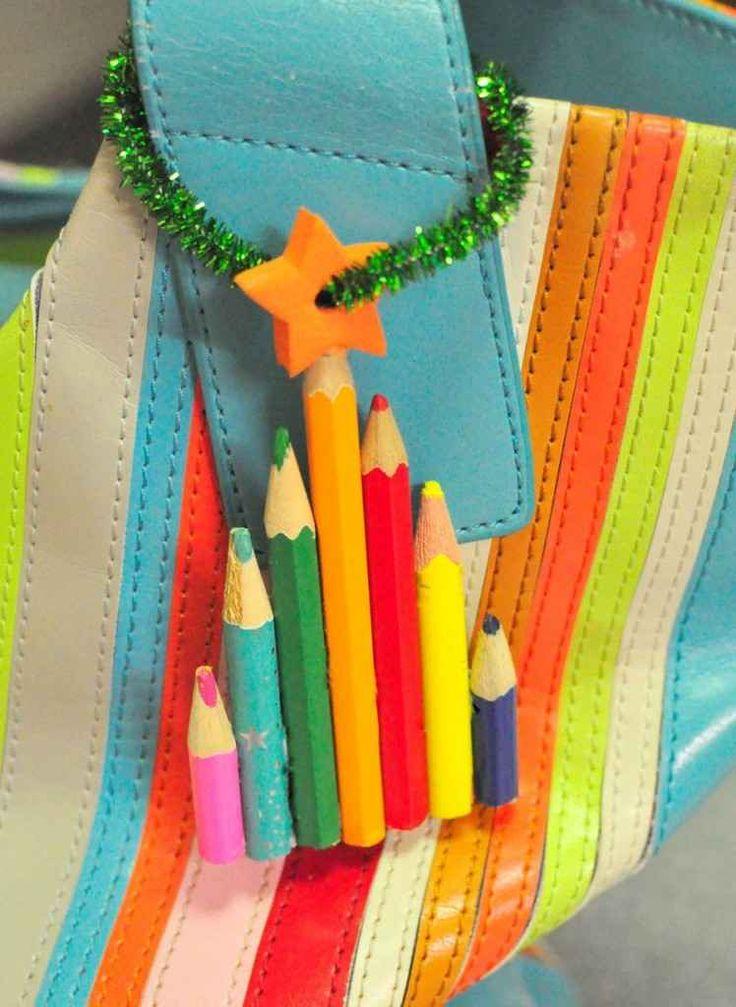 Un árbol de navidad con lápices de colores