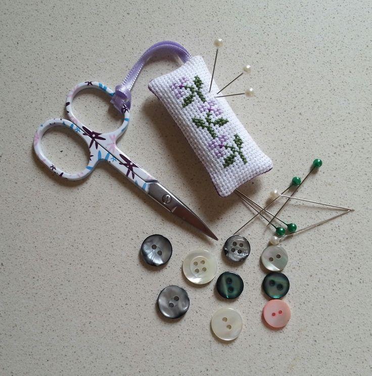 Blog sobre manualidades, anillos, broches, pulseras, punto de cruz, Biscornu, Buscatijeras,
