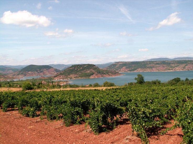 au lac du Salagou, à proximité de Clermont-l'Hérault et des gorges de l'Hérault. La terre rouge donne des impressions de désert australien.