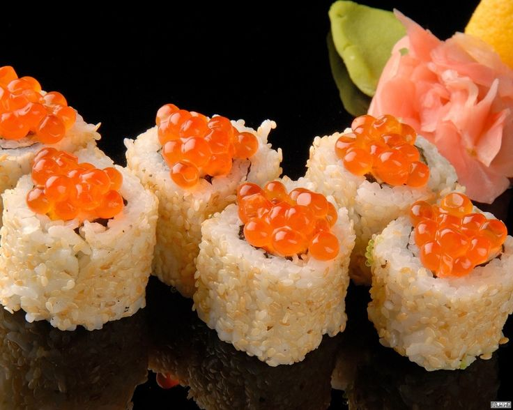В Японии они называются маки или макидзуши (что в переводе означает кручёные суши, ведь роллы это ни что иное, как разновидность суши).