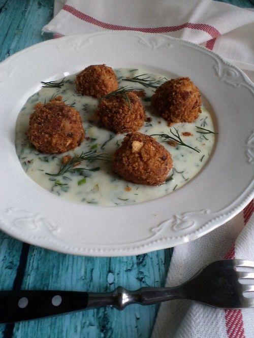 Burgonyagombóc kolbászos morzsában, mártással recept