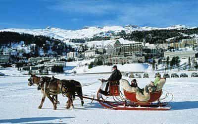Горнолыжный курорт Санкт-Мориц  Здесь можно полетать на параплане, совершить прогулку на снегоступах и санях, покататься на снегоходе и даже поиграть в конное поло на снегу.