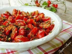 Questi pomodorini sono un contorno reso ultra appetitoso dal trito di pane tostato con cui vengono spolverizzati. Altri ingredienti ne completano l'opera.