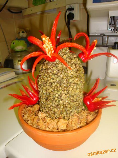 """Salám obalený pepřem """"zasadíme"""" do květníku (místo zeminy-škvarky), ozdobíme vykrájenými chi..."""