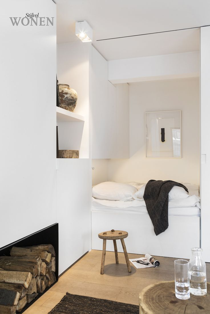 Sleeping nook in white and wood via Stijlvol Wonen