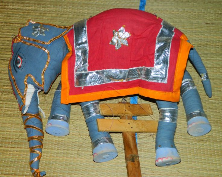 Винтажная Кукла Марионетка Индийский Слон   Прекрасная Винтажная Марионетка Слон сделана из ткани, ноги на резинка, ручная роспись, имеет много строк (на некоторых нужно заменить леску) Копыта деревянные,  Размеры. 40см от хобота до хвоста (с вытянувшим хоботом 57см) и высота 30см   Больше игрушек и новинок можете найти здесь  ВКонтакте http://vk.com/toysmanniaua  Facebook https://www.facebook.com/toysmanniaua Одноклассники http://www.odnoklassniki.ru/group/52009003057283