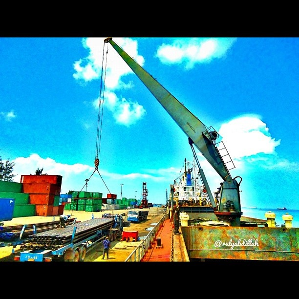 Semangat pagi selamat beraktifitas  #instabatam #iphonesia #igers #ig_nesia #webstagram #statigram #tagstagram #instagram #instagramhub #instago #instanusantara #picoftheday #photography #photooftheday #bestoftheday #sunrise #clouds #instagood #instamood #instaquay #instarox #port #ship #vessel #boat #kapal #ig_daily #instadaily #followme @rulyabdillah  - @rulyabdillah- #webstagram