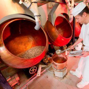 Fabrication des dragées Braquier. Fondée en 1783, la société Braquier transmet la recette originale des dragées de génération en génération. Clé de la qualité de leurs dragées : la sélection rigoureuse des amandes, provenant d'Italie et d'Espagne. En plus des amandes, le coeur de la dragée peut renfermer des noisettes, de la nougatine, du chocolat, de la liqueur ou encore de la pâte d'amande. Crédit photo : CDT Meuse/Guillaume Ramon
