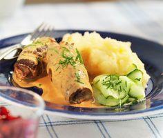 Dessa utsöka oxrullader består av lövbiff som du fyller med bacon, senap, saltgurka och lök och serverar med en ljuvlig sås med bland annat grädde och svartvinbärsgelé. En exemplarisk och otroligt god middag som är svår att inte tycka om!