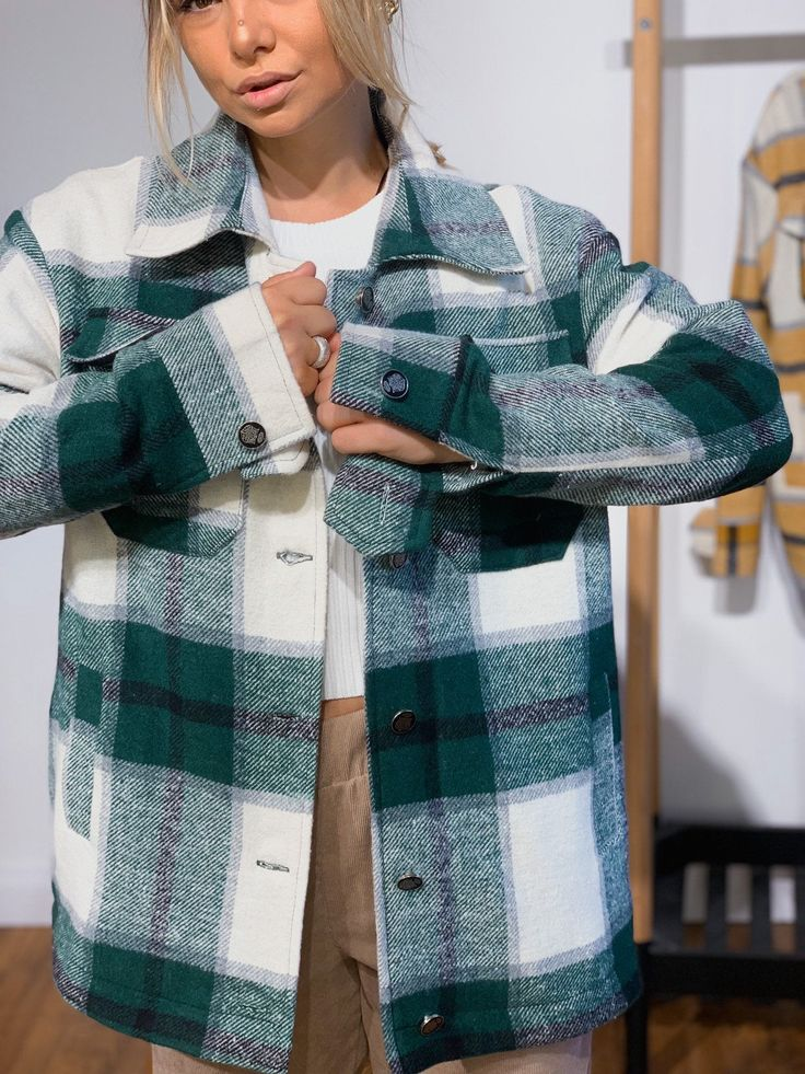 Green Jacket Outfit, Bomber Jacket Outfit, Flannel Jacket, Plaid Coat, Shirt Jacket, Outfits Con Camisa, Plaid Shirt Outfits, Preppy Outfits, Winter Fashion Outfits