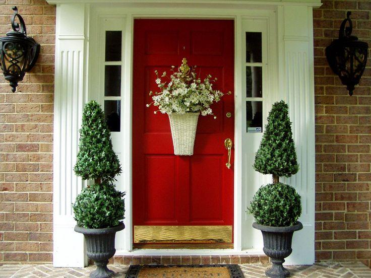 海外発!おしゃれエントランスアプローチ【クリスマスホリデー編 ... 赤いドアの家には白いお花の飾りと、ツリーカットされたグリーンの植木を添えると!