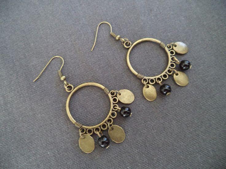 Boucles d'oreilles bronze avec sequin et perles noires : Boucles d'oreille par plumecreative