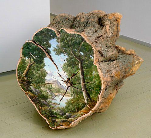 Alison Moritsugu schildert idyllische landschappen op boomstammen