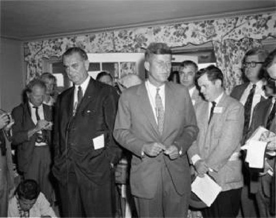 1960. Peut être le 30 Juillet. Vice Presidential nominee Lyndon B. Johnson with Presidential candidate Kennedy in the Joe and Rose Kennedy House.