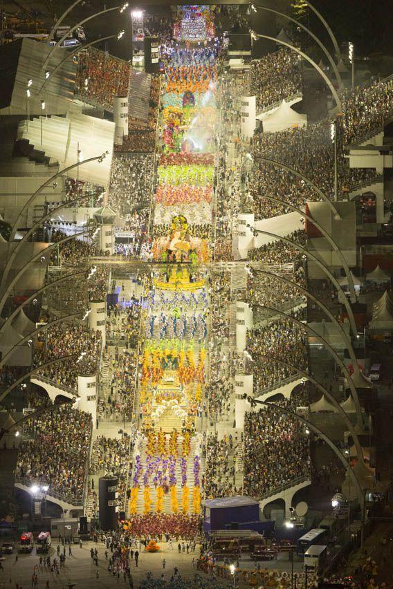 Escola de samba Nenê da Vila Matilde ocupando o sambódromo do Anhembi em  http://www.fotografiasaereas.com.br/blog/fotos-aereas-carnaval-de-sao-paulo-2014-sambodromo-anhembi/