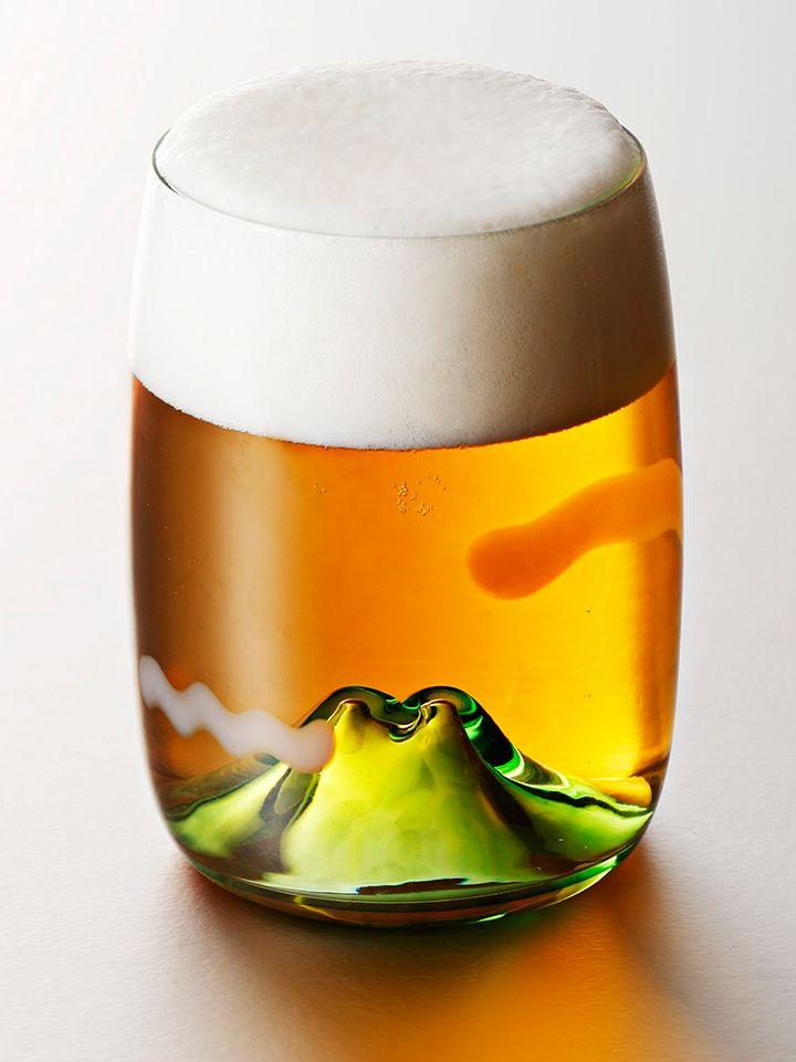 夕やけ小やけで日が暮れて、グラスの中にお山が浮かぶ。