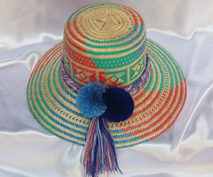 """Sombrero Wayuu adornado con cinturòn """"atuluushi"""" y 2 bellotas """"sumosolas"""". Tonalidades: rojo, verde y azul"""