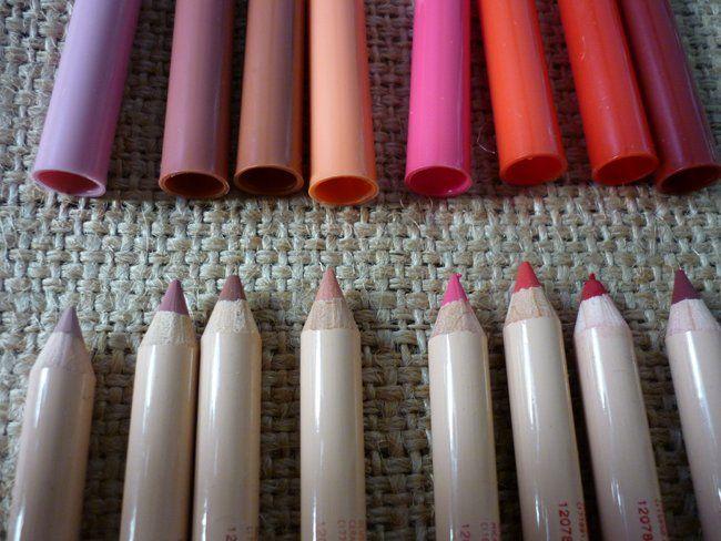 Ecco le tonalità disponibili:................      Inverno /Mauve: malva chiaro nude;     Ballerina/Pink: rosa neutro freddo;     Marmotta/Rose: nocciola neutro nude, per labbra naturali;     Salmone/Peach: albicocca brillante;     Fenicottero/Fuchsia: lampone/fucsia, per labbra pop;      Peperoncino/Scarlet: rosso corallo acceso per labbra da pin up;     Teatro/Crimson: rosso cremisi scuro;     Vino/Burgundy: prugna intenso;