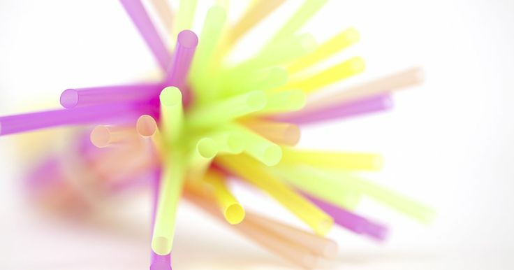 Como enrolar cabelos crespos com canudos. Um canudo é uma boa maneira de arrumar os cabelos crespos, dando-lhes um ar natural. Por não envolver calor ou excessivas puxadas, também é saudável para um cabelo relaxado. Com alguns grampos e canudos, você pode criar uma aparência atraente.