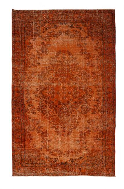 Authentiek recoloured tapijt in de kleur oranje, afmetingen 297 x 184. FTWL brengt je de mooiste recoloured vintage vloerkleden en patchwork kleden en vloerbedekking. Check de collectie voor alle gekleurde tapijten op voorraad. Geverfde kleden in alle kle
