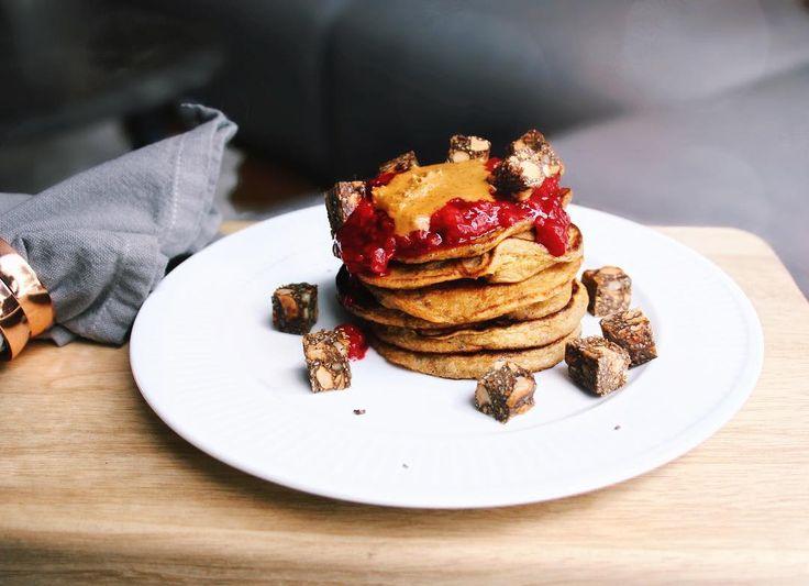 Happy Monday! Here's my favourite pancake recipe for cold snowy morningsI decorated it with sugar free marmalade and my chia bars. Healthy and delicious Iyi haftalar! Sizinle soğuk karlı sabahlara çok yakıştırdığım pankek tarifimi paylaşıyorum Üzerini şekersiz marmelat ve çiya barlarımla süsledim. Sağlıklı ve nefis  Makes about 6-8 small pancakes: 1 ripe banana (the browner the better!) 1 egg 1/2 cup oats  1/2 tea spoon baking soda 1 tablespoon chia seeds (optional add a bit more oat meal if…