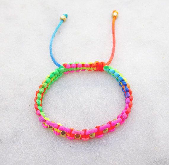 show a way how to adjust a string bracelett
