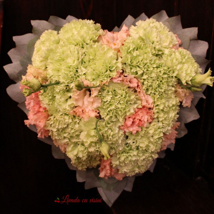 #heart #flowers #design #floraldesign #green  #inima #cadou #sayitwithflowers #madewithjoy #paulamoldovan #livadacuvisini #colors #happyflorist #bucuresti #bucharest