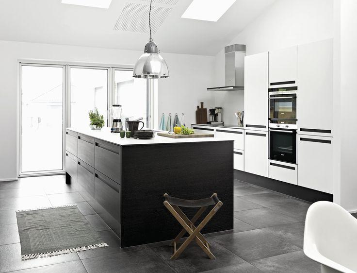 I køkkenet i Thyregod er der både tænkt i store linjer og små, funktionelle detaljer. Se hele boligen på www.jke-design.dk.