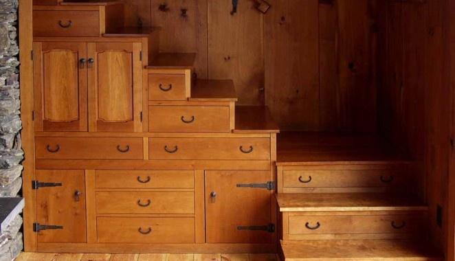 Mobile sottoscala. Realizzare una cassettiera nel sottoscala e una scarpiera nei gradini di una scala è una soluzione funzionale e salvaspazio. Via a-greek.com