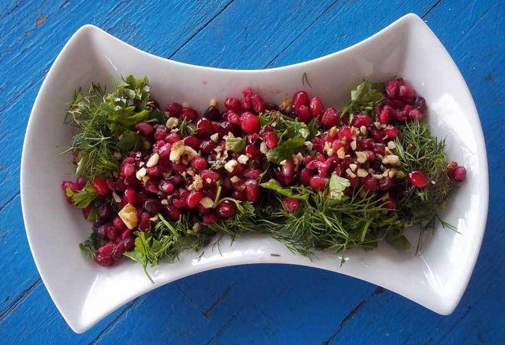 Nar Salatası  -  Dilek Erol #yemekmutfak.com Son derece lezzetli ve besleyici bir salatadır. Gerek görünümü, gerekse tadıyla çok değişik ve güzel bir mezedir. Ayrıca yağ miktarını biraz azaltırsanız diyet yaparken de rahatlıkla yiyebilirsiniz.
