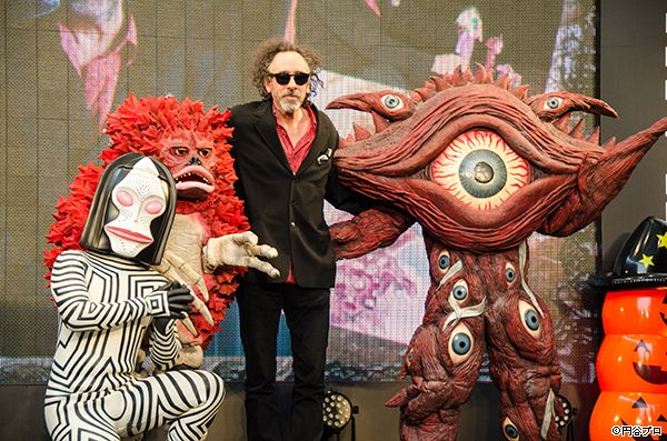 Tim Burton in JAPAN (Oct31,2014) ダダ、ピグモン、ガンQたちが10月31日(金)に開催された展覧会『ティム・バートンの世界』のオープニングセレモニーに登場し、サプライズでティム・バートン氏を祝福!