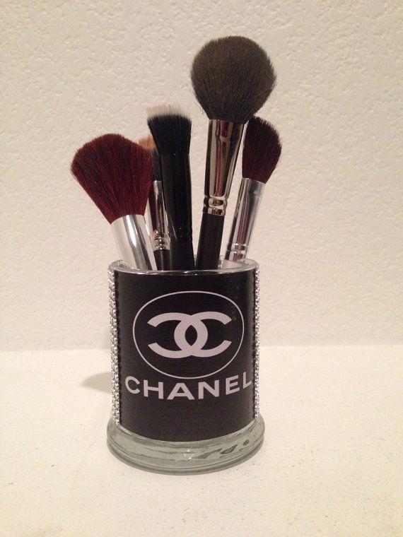 DECORANDO TU CASA CON ACCESORIOS DECORATIVOS DE CHANEL Te gusta la marca Chanel y te gustaria integrarla a tu decoracion, pero no tienes la mas mínima idea de como integrar los adornos con la marca Chanel, aqui te dejo una galeria de fotografías, con buenísimas fotos todas hermosas y fáciles de hacer y de conseguir.