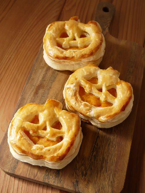 Pâte feuilletée en forme de citrouille, garnie de compote de pommes